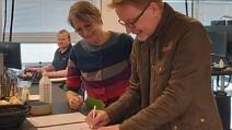 Helle Damm-Henrichsen og Anders Banke underskriver varmepumpeaftale