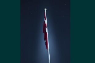 Lys på flaget om natten