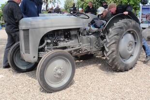 Se de helt gamle Ferguson-traktorer i Brørup