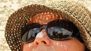 Fup eller fakta: Bør solcremen fra sidste år smides ud?
