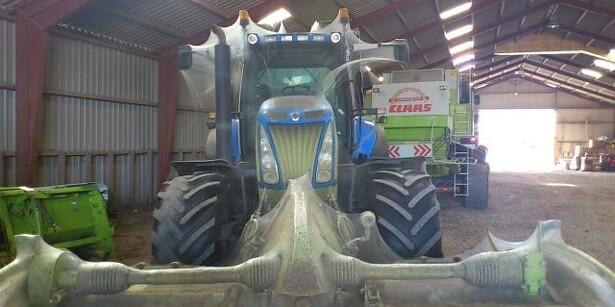 Traktor dækket af kæmpe-spindelvæv