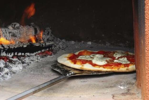 Der bliver mulighed for at redde sig en smagsprøve af en pizza, bagt i brændefyret ovn.....