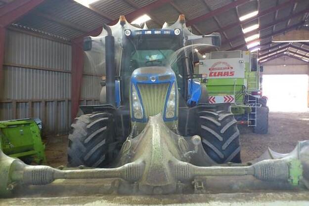 Både traktor og skårlægger er fuldstændig dækket af det store spindelvæv. Foto: Erik Poulsen.