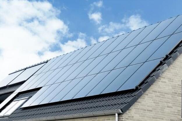 Med solceller på taget kan helt almindeligt nybyggeri nu opvarmes med elektrisk gulv-varme fra Danfoss. Løsningen er CO2-neutral og giver et behageligt indeklima.