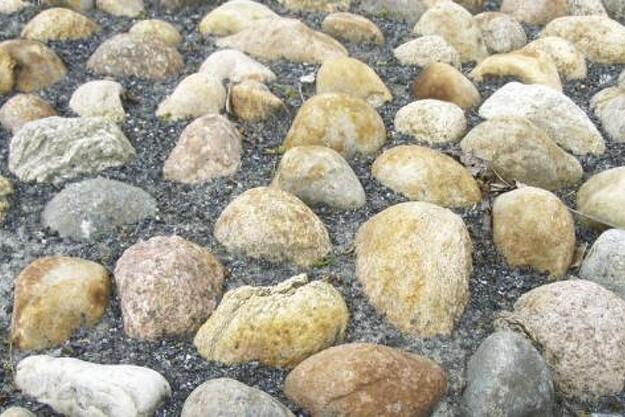 Granitbutikkens fornemste opgave er at gøre tingene nemme for kunderne, mener Jacob Hesselbjerg Sørensen. Derfor levere knust granit og de fleste af firmaets andre stenprodukter i bigbags på en palle.