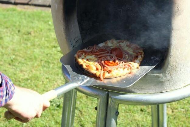 Den nyudviklede pizzaovn til udendørs brug er for tung til at slæbe ind om vinteren. Derfor er den bygget til at kunne klare de barske frostgrader i den danske vinter.
