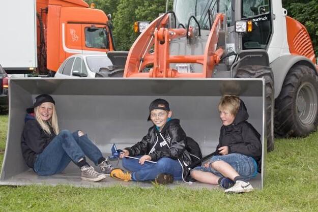 Tre unge dyrskue-gæster, der formentlig allerede har besluttet sig for deres kommende maskin-mærke.