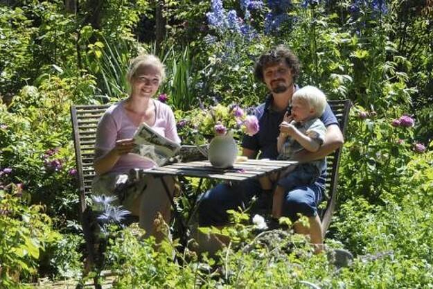Marie-Louise, hendes mand Per og sønnen Conrad midt i den overdådige frodighed. Hele familien elsker haven, og der udtænkes hele tiden nye projekter.