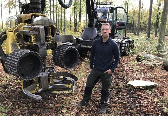 Skovhugger går til hånde med tungt grej