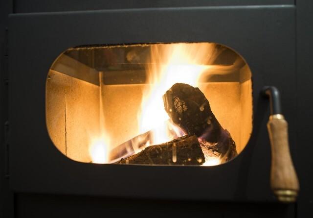 Nye boligejere skal skifte den gamle brændeovn