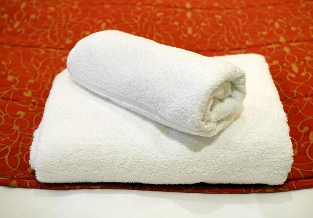 Nemt trick: Sådan redder du stive og grå håndklæder
