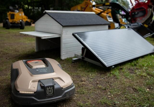 Solcelledreven ladestation til robotplæneklipper