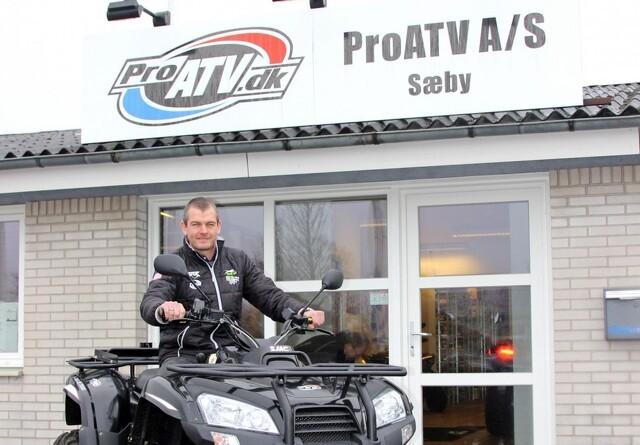 ATV på marken, vejen og i byen