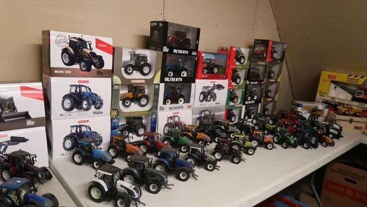 Kæmpe samling af modeltraktorer på netauktion