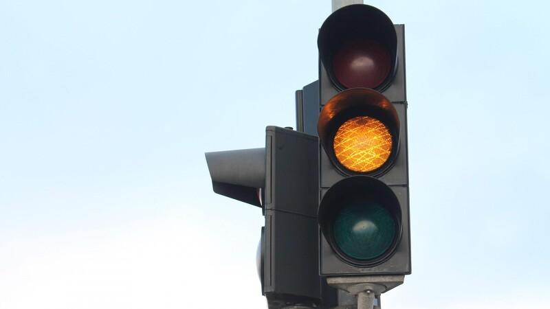 Ved du, hvornår du må køre over for gult?